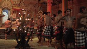 Bali, Indonesien Fabruary 3, 2018: Traditioneller Balinese Kecak-Tanz alias der Ramayana-Affe-Gesang und das Feuer stock footage