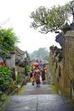 Bali, Indonesien - 23. Februar 2011: Nicht identifizierte Balineseleute gehen in Trachtenkleid in Pura Besakih am 23. Februar 201 Stockfotografie