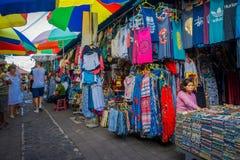 BALI, INDONESIEN - 16. MÄRZ 2016: Ansicht der Werbungs- und Handelstätigkeiten des Hauptmarktes in Ubud-Stadt auf Bali Lizenzfreies Stockfoto