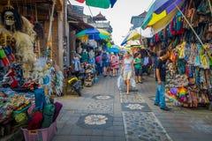 BALI, INDONESIEN - 16. MÄRZ 2016: Ansicht der Werbungs- und Handelstätigkeiten des Hauptmarktes in Ubud-Stadt auf Bali Lizenzfreies Stockbild