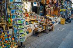 BALI, INDONESIEN - 16. MÄRZ 2016: Ansicht der Werbungs- und Handelstätigkeiten des Hauptmarktes in Ubud-Stadt auf Bali Stockfotos