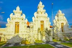 BALI, INDONESIEN - 11. MÄRZ 2017: Eingang eines Indu-Tempels in Ubud, in der Insel von Bali, gelegen in Indonesien Lizenzfreies Stockbild