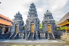 BALI, INDONESIEN - 11. MÄRZ 2017: Eingang eines Indu-Tempels in Ubud, in der Insel von Bali, gelegen in Indonesien Lizenzfreie Stockfotos