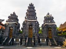 BALI, INDONESIEN - 11. MÄRZ 2017: Eingang eines Indu-Tempels in Ubud, in der Insel von Bali, gelegen in Indonesien Lizenzfreies Stockfoto