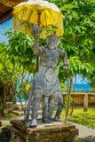 BALI, INDONESIEN - 5. MÄRZ 2017: Entsteinte Statue von Königaffen im Eingebung von Pura Ulun Danu Bratan-Tempel auf Bali Stockbild