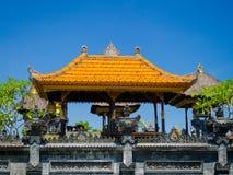 BALI, INDONESIEN - 11. MÄRZ 2017: Entsteinte Struktur in Uluwatu-Tempel in Bali-Insel Stockfoto