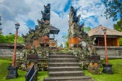 BALI, INDONESIEN - 8. MÄRZ 2017: Kommen Sie vom königlichen Tempel von Mengwi-Reich gelegen in Mengwi, in Bali, Indonesien herein Stockfoto