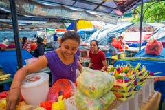 BALI, INDONESIEN - 8. MÄRZ 2017: Nicht identifizierte Frau tun eine Anordnung für Blumen innerhalb eines Kastens, der von den Blä Lizenzfreie Stockfotos