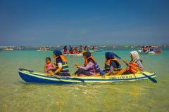 BALI, INDONESIEN - 11. MÄRZ 2017: Nicht identifizierte Leute, die den schönen sonnigen Tag über einem Kajak im Strand von genieße Lizenzfreie Stockbilder