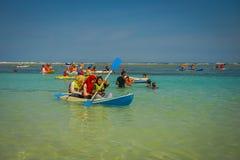 BALI, INDONESIEN - 11. MÄRZ 2017: Nicht identifizierte Leute, die den schönen sonnigen Tag über einem Kajak im Strand von genieße Lizenzfreie Stockfotos