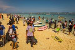 BALI, INDONESIEN - 11. MÄRZ 2017: Nicht identifizierte Leute, die den schönen sonnigen Tag im Strand von Pantai-pandawa genießen Stockbilder