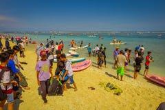 BALI, INDONESIEN - 11. MÄRZ 2017: Nicht identifizierte Leute, die den schönen sonnigen Tag im Strand von Pantai-pandawa genießen Stockbild