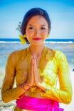 BALI, INDONESIEN - 11. MÄRZ 2017: Schönheit im thailändischen Trachtenkleid im Strand von Pantai-pandawa, in Bali Lizenzfreies Stockbild