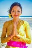 BALI, INDONESIEN - 11. MÄRZ 2017: Schönheit im thailändischen Trachtenkleid im Strand von Pantai-pandawa, in Bali Lizenzfreie Stockfotografie
