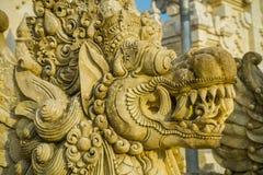 BALI, INDONESIEN - 11. MÄRZ 2017: Schließen Sie oben von einem entsteinten Gesicht eines Indu-Tempels in Bali-Insel, gelegen in I Lizenzfreies Stockfoto