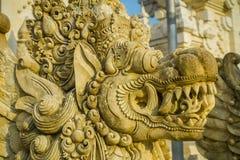 BALI, INDONESIEN - 11. MÄRZ 2017: Schließen Sie oben von einem entsteinten Gesicht eines Indu-Tempels in Bali-Insel, gelegen in I Lizenzfreie Stockfotografie