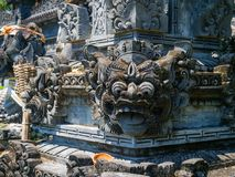 BALI, INDONESIEN - 11. MÄRZ 2017: Schließen Sie oben von einer entsteinten Struktur in Uluwatu-Tempel in Bali-Insel, Indonesien Stockfoto
