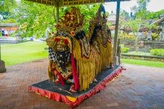 BALI, INDONESIEN - 8. MÄRZ 2017: Typische Balinesekostüme hergestellt vom Reiskorn, von den Bohnen und von den Körnern innerhalb  Stockfotos