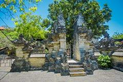 BALI, INDONESIEN - 11. MÄRZ 2017: Uluwatu-Tempel, in Bali, Indonesien, an einem schönen Tag Lizenzfreie Stockfotos