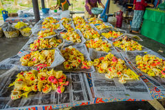 BALI, INDONESIEN - 8. MÄRZ 2017: Zugebereiteter Teig für Chapati auf Manmandir-ghat auf den Banken des heiligen Flusses der Gange stockfoto