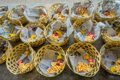 BALI, INDONESIEN - 8. MÄRZ 2017: Zugebereiteter Teig für Chapati auf Manmandir-ghat auf den Banken des heiligen Flusses der Gange Lizenzfreie Stockfotografie