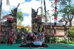 BALI INDONESIEN - MAJ 5, 2017: Barong dans på Bali, Indonesien Barong är en religiös dans i Bali baserade på det stort Arkivbilder