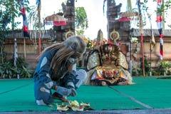 BALI INDONESIEN - MAJ 5, 2017: Barong dans på Bali, Indonesien Barong är en religiös dans i Bali baserade på det stort Arkivfoto