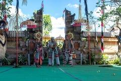 BALI INDONESIEN - MAJ 5, 2017: Barong dans på Bali, Indonesien Barong är en religiös dans i Bali baserade på det stort Royaltyfri Foto