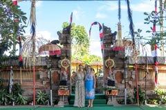 BALI INDONESIEN - MAJ 5, 2017: Europeiska kvinnor nära den traditionella Balinesepuratemplet bali indonesia Royaltyfria Foton