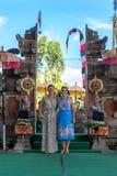 BALI INDONESIEN - MAJ 5, 2017: Europeiska kvinnor nära den traditionella Balinesepuratemplet bali indonesia Arkivfoto