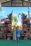 BALI INDONESIEN - MAJ 5, 2017: Europeiska kvinnor nära den traditionella Balinesepuratemplet bali indonesia Royaltyfria Bilder