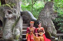 BALI INDONESIEN - MAJ 17 Koppla ihop på apabron Ubad Bali efter bröllopceremoni på Maj 17, 2016 i Bali, Indonesien Arkivbilder