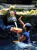 BALI INDONESIEN - MAJ 18 Kvinna i järnekvatten Pura Tirta Empul May 18, 2016 i Bali, Indonesien Royaltyfri Fotografi