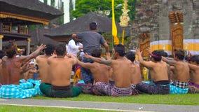 Bali Indonesien - Maj 15, 2018: Traditionell BalineseKecak dans på den Pura Ulun Danu templet på sjön Bratan stock video