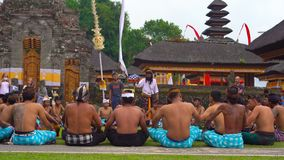 Bali Indonesien - Maj 15, 2018: Traditionell BalineseKecak dans på den Pura Ulun Danu templet på sjön Bratan lager videofilmer