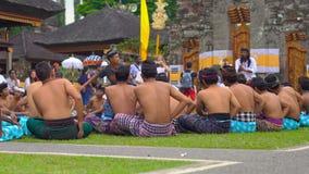 Bali Indonesien - Maj 15, 2018: Traditionell BalineseKecak dans på den Pura Ulun Danu templet på sjön Bratan arkivfilmer