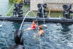 BALI INDONESIEN - MAJ 5, 2017: Två sunda höga kvinnor som simmar i natursimbassängen aktiv livsstil _ Arkivfoto