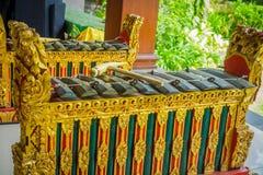 BALI INDONESIEN - MARS 08, 2017: Hinduiska musikinstrument inom av templet, traditionella nationella instrument, in Arkivfoton