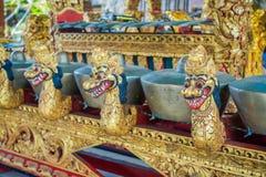 BALI INDONESIEN - MARS 08, 2017: Hinduiska musikinstrument inom av templet, traditionella nationella instrument, in Royaltyfri Fotografi