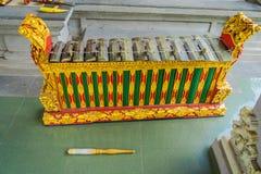 BALI INDONESIEN - MARS 08, 2017: Hinduiska musikinstrument inom av templet, traditionella nationella instrument, in Arkivbild