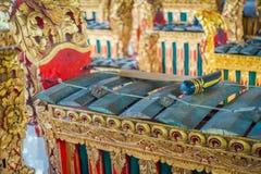 BALI INDONESIEN - MARS 08, 2017: Hinduiska musikinstrument inom av templet, traditionella nationella instrument, in Royaltyfri Foto