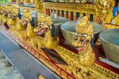 BALI INDONESIEN - MARS 08, 2017: Hinduiska musikinstrument inom av templet, traditionella nationella instrument, in Royaltyfria Foton