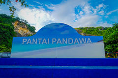 BALI INDONESIEN - MARS 11, 2017: Informativt tecken av den Pandawa stranden i söderna av Bali, Indonesien Den Pandawa stranden är Arkivbild