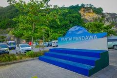 BALI INDONESIEN - MARS 11, 2017: Informativt tecken av den Pandawa stranden i söderna av Bali, Indonesien Den Pandawa stranden är Arkivbilder