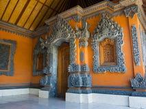BALI INDONESIEN - MARS 11, 2017: Inomhus sikt av av den Uluwatu templet i den Bali ön, Indonesien Royaltyfria Foton
