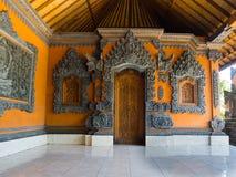 BALI INDONESIEN - MARS 11, 2017: Inomhus sikt av av den Uluwatu templet i den Bali ön, Indonesien Royaltyfri Foto