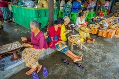 BALI INDONESIEN - MARS 08, 2017: Kvinnor som förbereder en indisk Sadhu deg för chapati på Manmandir ghat på bankerna av Arkivfoto