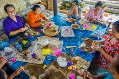 BALI INDONESIEN - MARS 08, 2017: Kvinnor som förbereder en indisk Sadhu deg för chapati på Manmandir ghat på bankerna av Arkivbilder