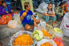 BALI INDONESIEN - MARS 08, 2017: Oidentifierat folk i marknad för det friaBali blomma Blommor används dagligen av Balinese Royaltyfri Bild