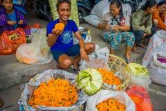 BALI INDONESIEN - MARS 08, 2017: Oidentifierat folk i marknad för det friaBali blomma Blommor används dagligen av Balinese Arkivbilder